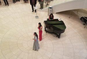 ロビーではチャップマン大学(Chapman University)の学生がモーツアルトのアリアを歌っていました。