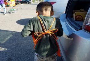 小さい子はエプロンの首ひもを一緒に結べばずり落ちてこなくていいです