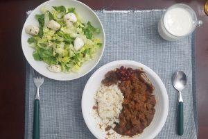 カレーライスとサラダと牛乳