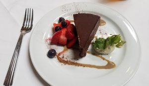 デザートはチョコレートケーキとフルーツ