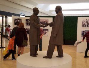 ニクソンと周恩来の握手像